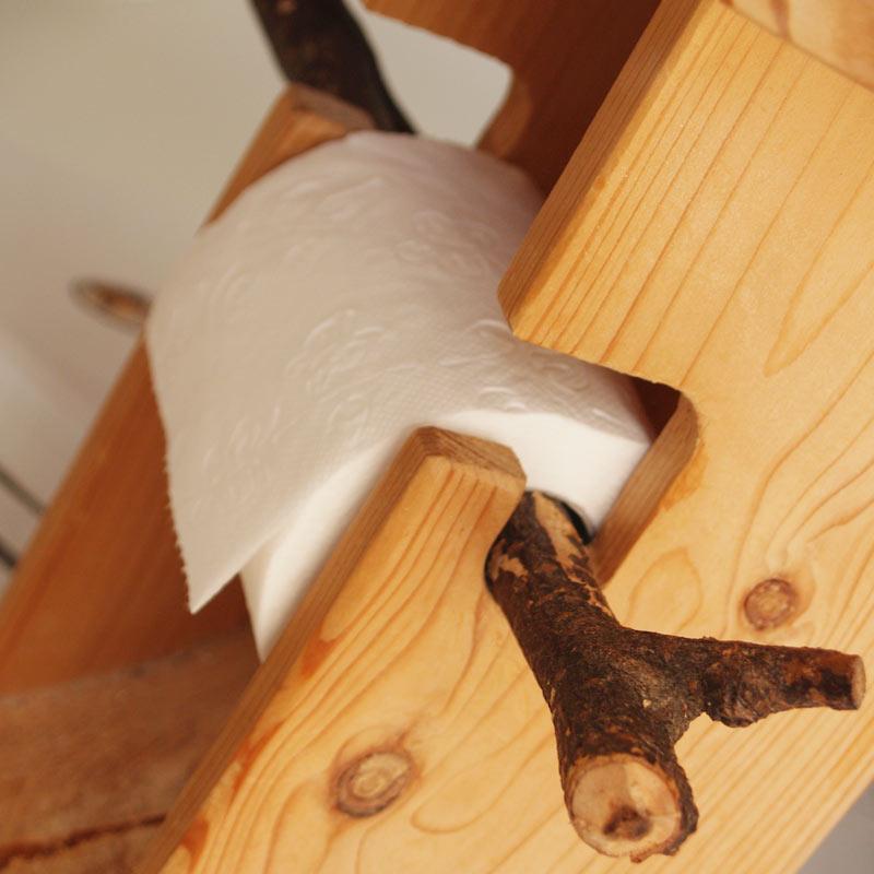 WC Möbel aus Massivholz Klopapierhalter Detail
