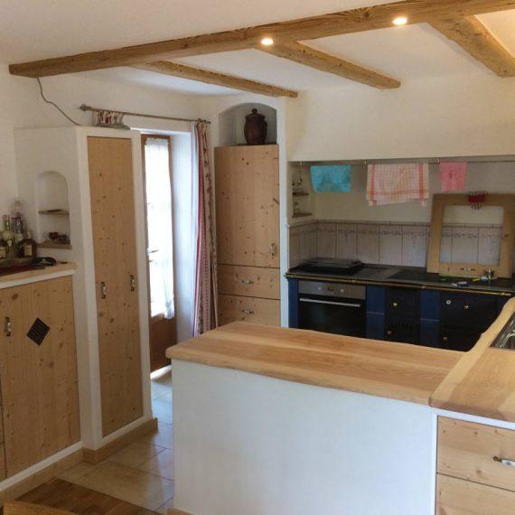 Küche mit Mauerkästen und Fronten aus gedämpfter Fichte