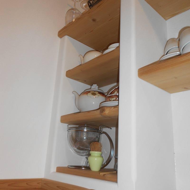 Einbauregale mit Böden aus gedämpfter Fichte in Mauerkasten