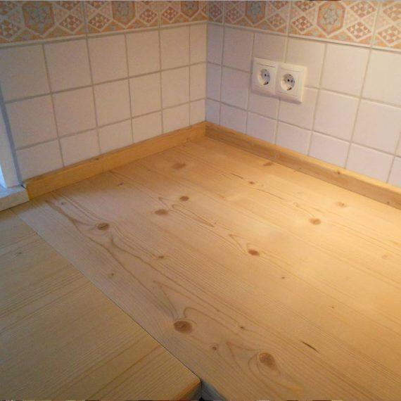 Küchenarbeitsfläche aus pflegeleicht behandelter Fichte