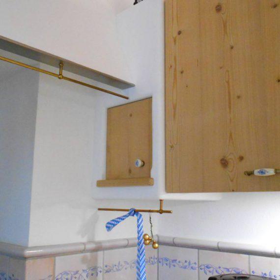 Wandschränkchen und Dunstabzug mit Massivholzfront Fichte gedämpft