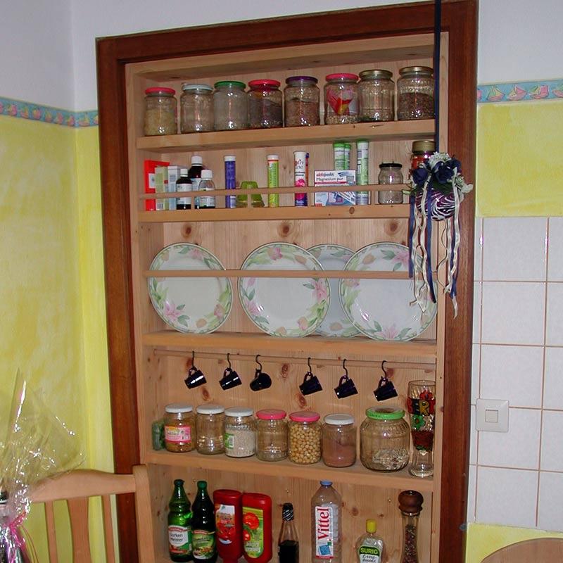 Küchenregal an Stelle einer früheren Türe