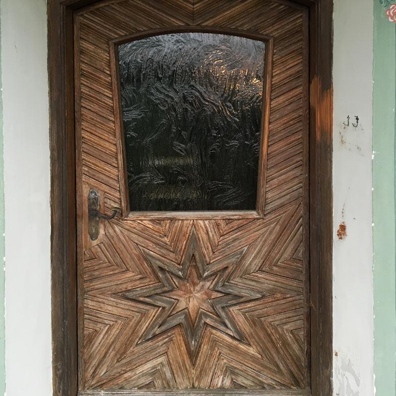 Alte Haustüre aus Lärche verwittert