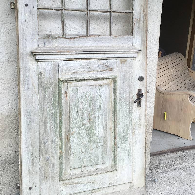 Alte lackierte Haustüre aussen