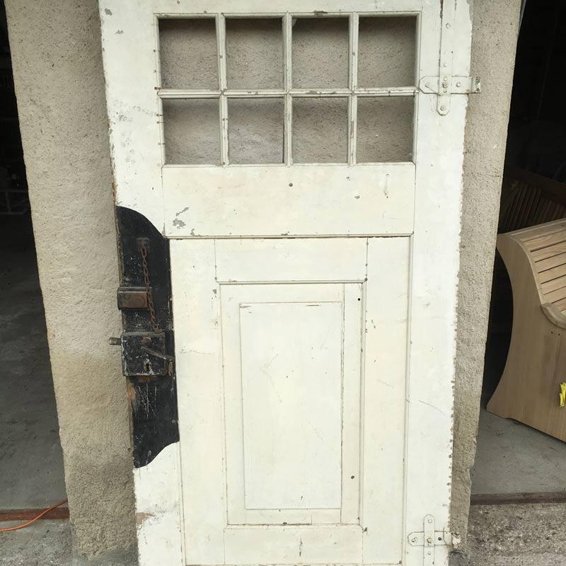 Alte lackierte Haustüre