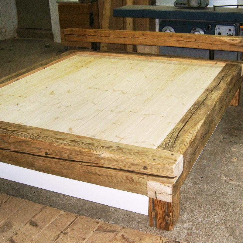 Bett aus Altholzbalken