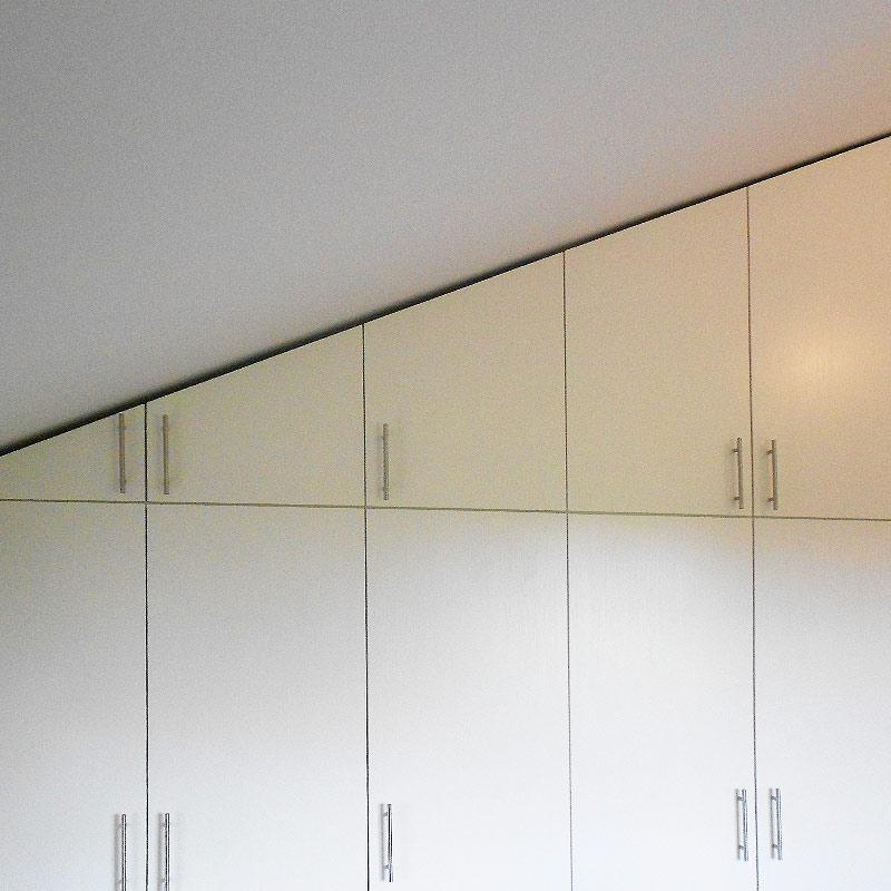 Schlafzimmer Schrankwand modern in Dachschräge