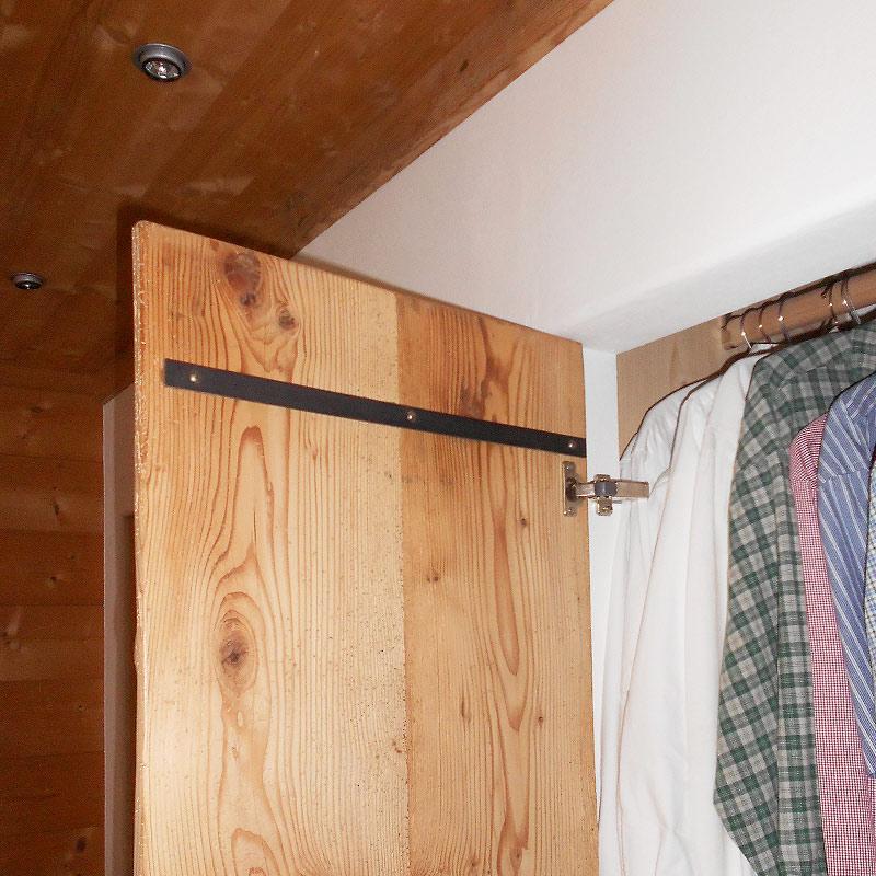 Schlafzimmer Schrankwand aus Altholz Detail
